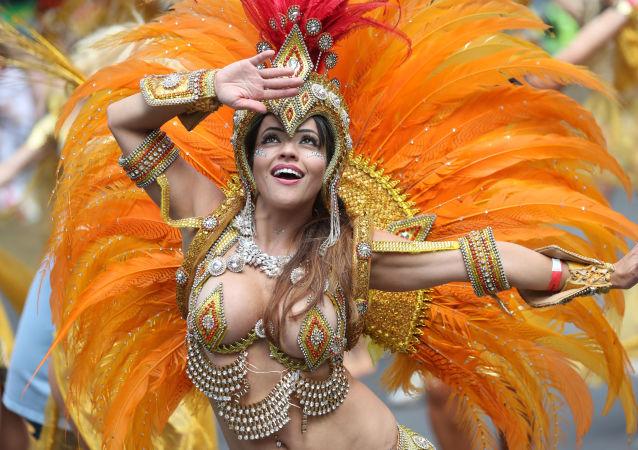 Moça fantasiada participa do carnaval em Notting Hill, maior demonstração cultural nas ruas europeias, em Londres