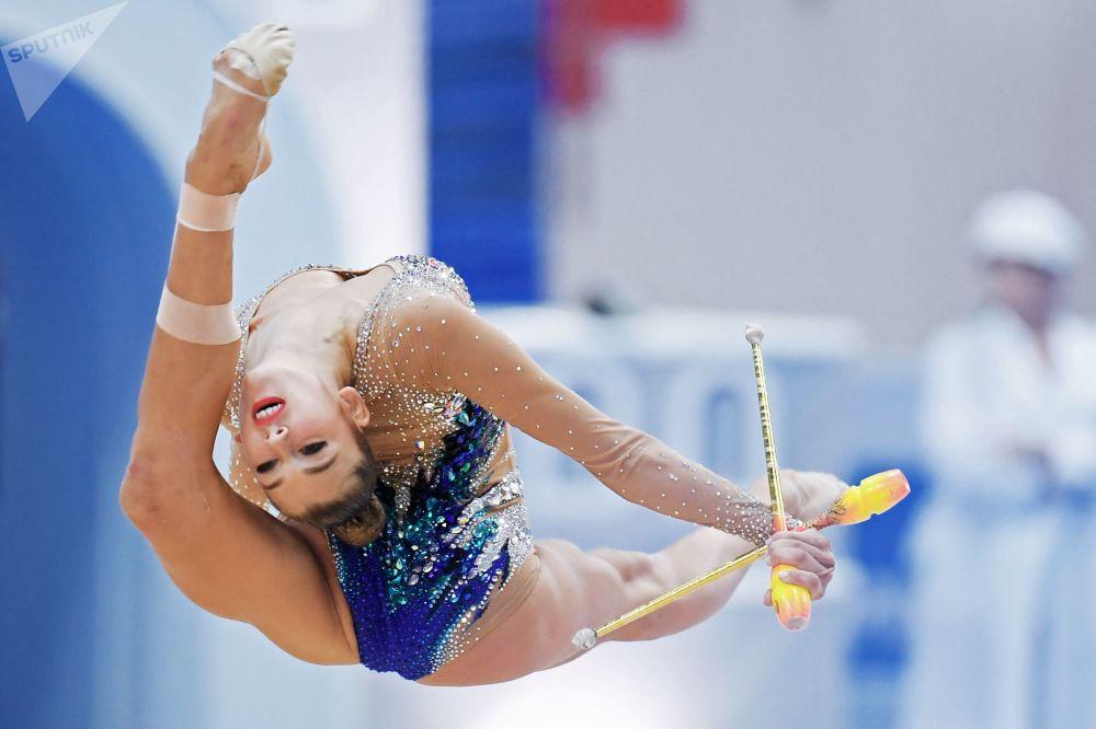 Atleta Aleksandra Soldatova faz exercícios com maças durante uma etapa eliminatória em competições de ginastica artística na cidade de Kazan