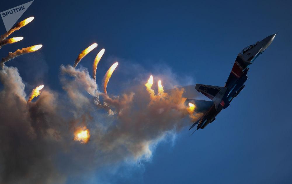 Caça multifuncional Su-30SM da esquadrilha de acrobacia aérea Russkie Vityazi durante a cerimônia de encerramento do fórum militar EXÉRCITO 2018