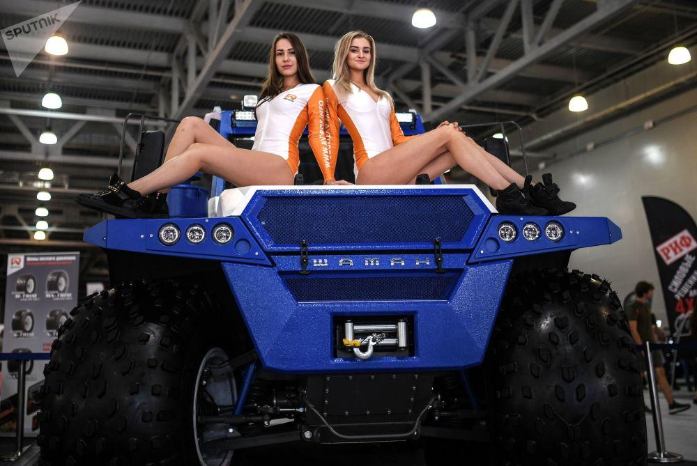Meninas promotoras apresentam o veículo todo-terreno russo Avtoros Shaman