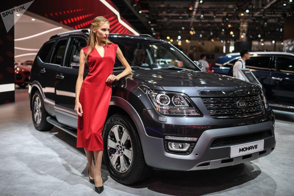 Modelo posa ao lado do Kia Mohave no Salão do Automóvel de Moscou 2018