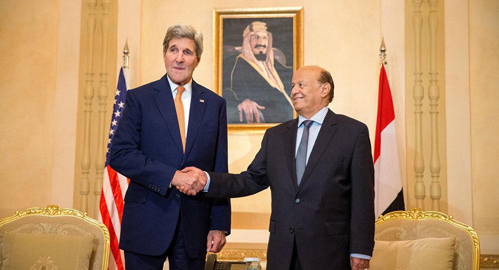 O então secretário de Estado dos EUA, John Kerry, à esquerda, cumprimenta o Presidente do Iêmen Abd Rabbo Mansour Hadi, no Palácio de Hóspedes de Al Nasarieh, em Riad, Arábia Saudita, 7 de maio de 2015 (arquivo)