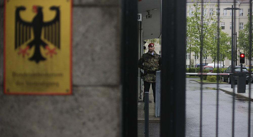 Um guarda na entrada do Ministério da Defesa alemão