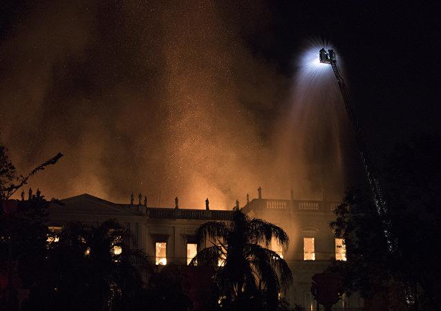 Bombeiros combatem o incêndio no Museu Nacional do Rio de Janeiro, 02 de setembro de 2018
