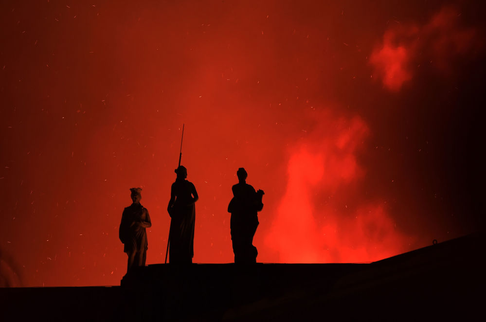 Três estátuas instaladas no telhado do Museu Nacional no Rio durante incêndio