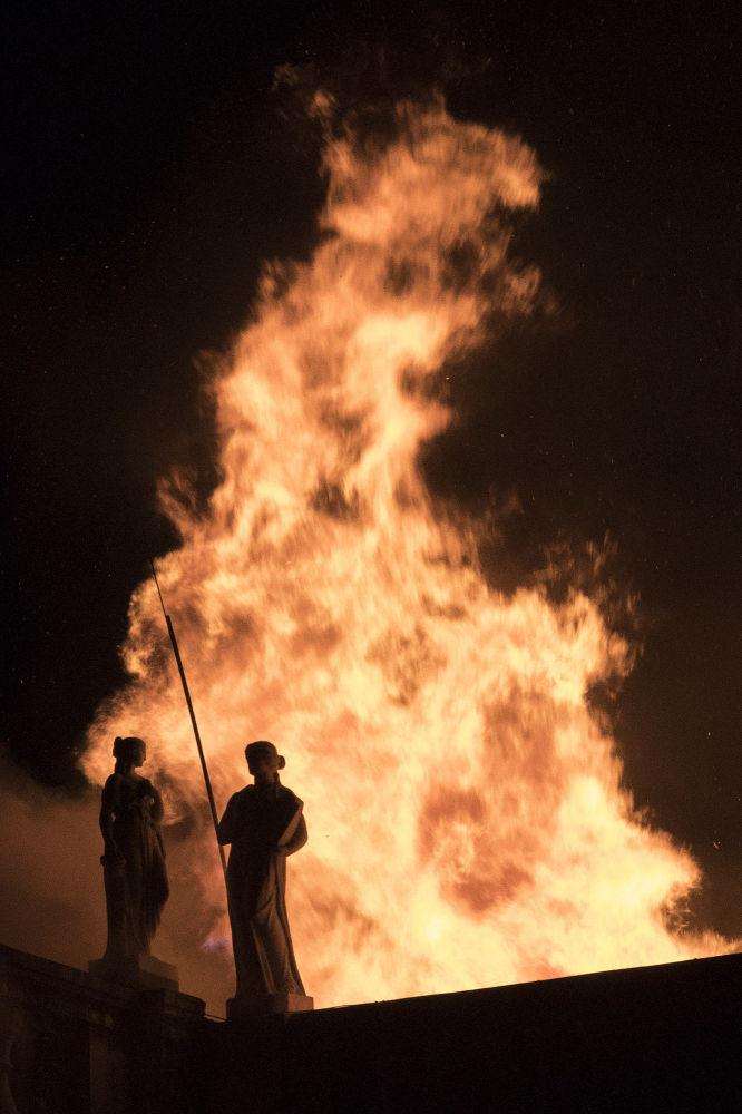 Fogo implacável devora o Museu Nacional no Rio – tesouro cultural brasileiro