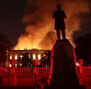 Vista do Museu Nacional no Rio ardendo em chamas vermelhas