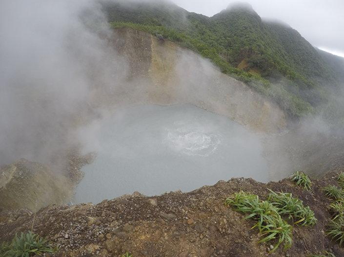 O lago Boiling com água fervente no Parque Nacional Morne Trois Pitons, na Dominica