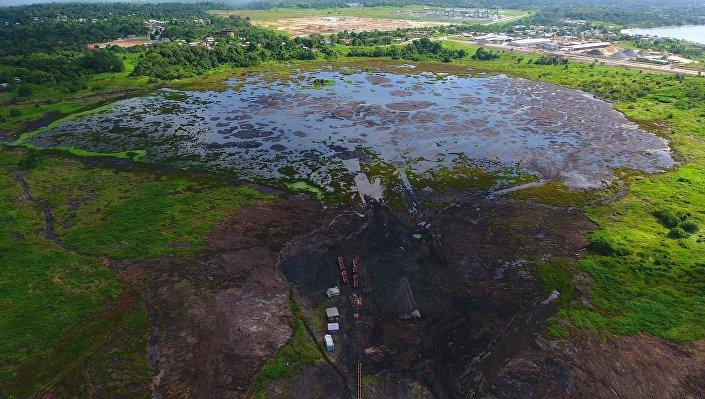 O lago de asfalto perto da cidade de La Brea, Trinidad e Tobago