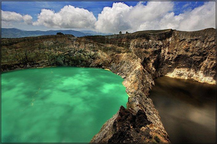 Os lagos do monte Kelimutu, às vezes chamados de camaleônicos, na Indonésia