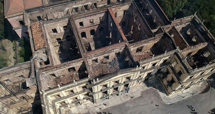 Museu Nacional do Brasil, no Rio de Janeiro, no dia seguinte após ser abalado pelo incêndio grande em 2 de setembro de 2018