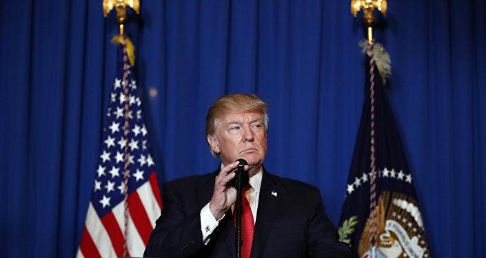 O presidente dos EUA, Donald Trump, fala em Mar-a-Lago, após ataque contra Síria em retaliação a supostos ataques com armas químicas. Foto de 6 e abril de 2017.