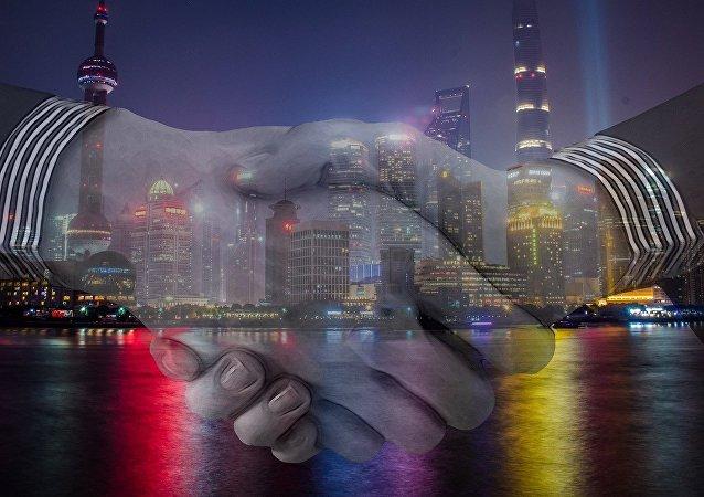 Duas pessoas apertam as mãos