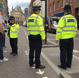 Agentes da polícia britânica durante operação (arquivo)