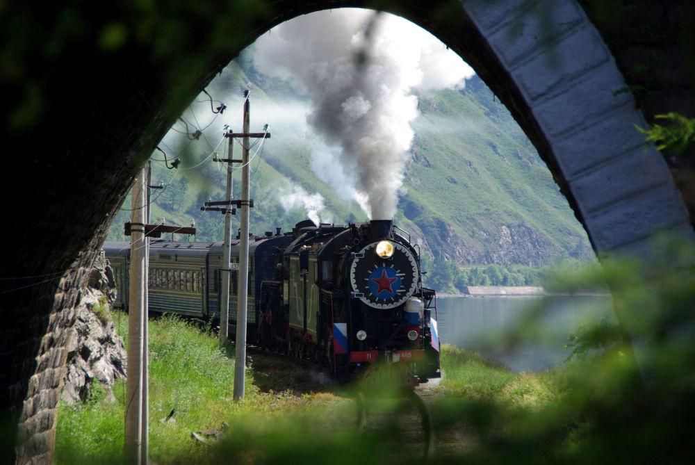 Trem turístico entra em túnel na ferrovia Circum-Baikal, perto do lago Baikal, na Rússia