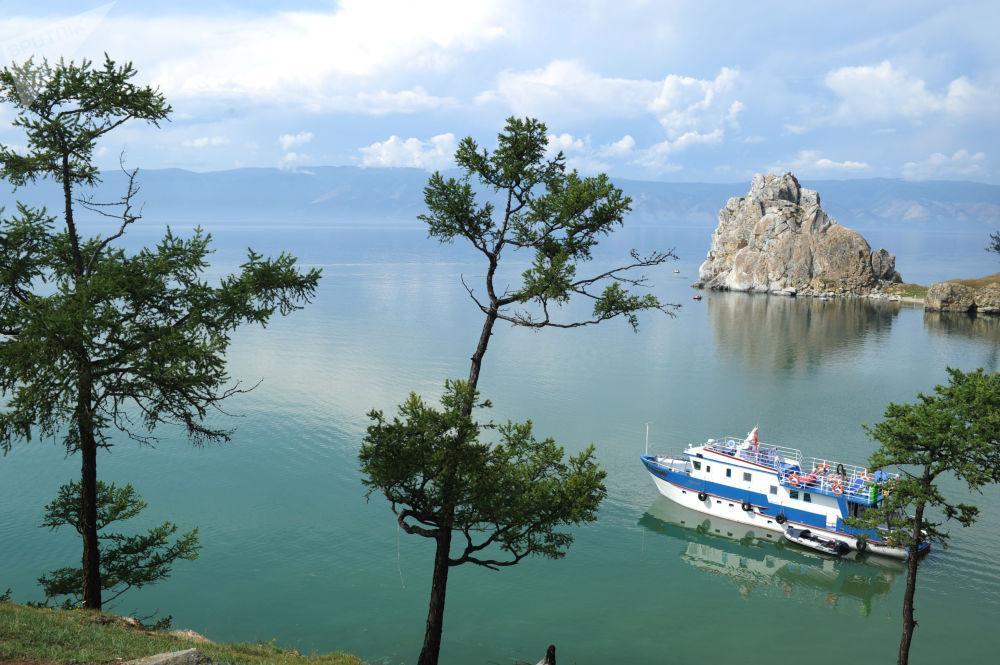 Imagem mostra navio navegando ao longo do lago Baikal, perto da ilha de Olkhon (sudeste da Sibéria), em 5 de setembo de 2018