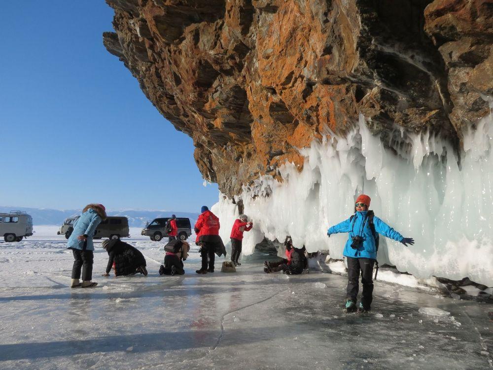 Turistas chineses aproveitando a incrível vista proporcionada pelo lago Baikal, que se localiza no sul da Sibéria (Rússia)
