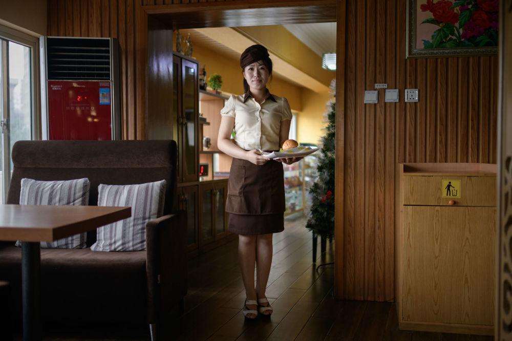 Rim Ok Hyang, garçonete de 20 anos de idade, posa em um hamburgueria de Pyongyang