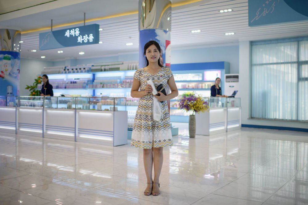 Pay Ok Hyang, uma compradora de 24 anos de idade, em um shopping center de Pyongyang