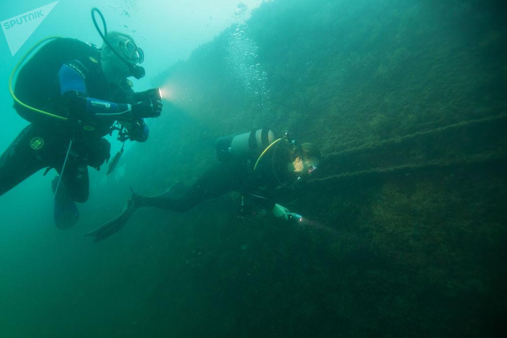 Mergulhador perto de uma lancha militar afundada nas águas do mar Negro