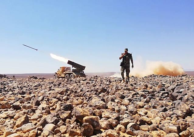 Soldado do Exército sírio durante operação ofensiva contra terroristas nas colinas de Tulul al-Safa, na província de As-Suwayda, Síria