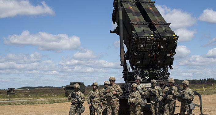 Militares do Exército dos EUA ao lado do sistema Patriot na base aérea de Siauliai, na Lituânia (foto de arquivo)