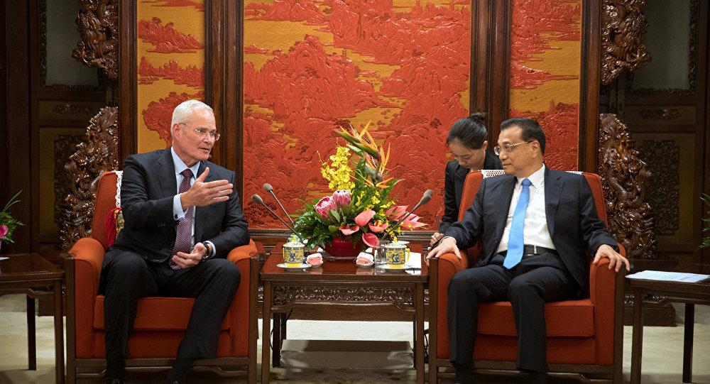 Presidente e CEO da ExxonMobil, Darren Woods (à esquerda) durante conversa com o Premiê chinês, Li Keqiang, em Pequim.