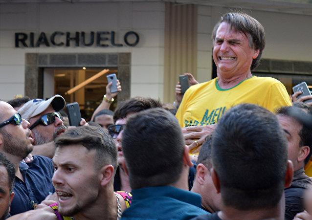 O candidato presidencial brasileiro Jair Bolsonaro reage após ser esfaqueado durante um comício em Juiz de Fora, Estado de Minas Gerais. Foto tirada em 6 de setembro de 2018.