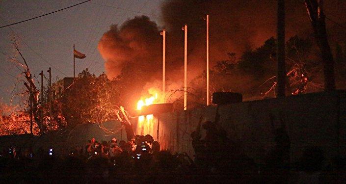 Manifestantes queimam prédio público demandando melhores serviços públicos e queda no desemprego na cidade de Basra, Iraque.