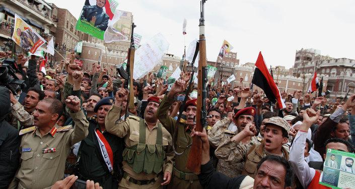 Rebeldes houthis protestam contra os ataques aéreos sauditas