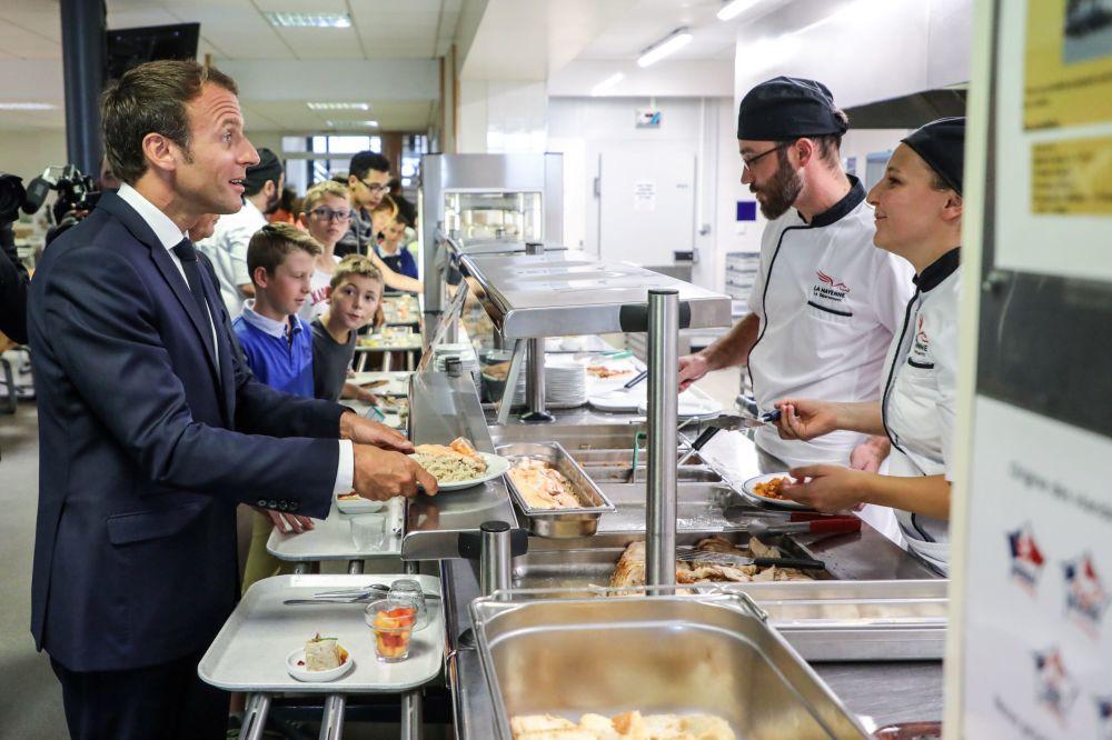 Presidente francês Emmanuel Macron janta na cantina da escola na cidade de Laval, França, em 3 de setembro de 2018