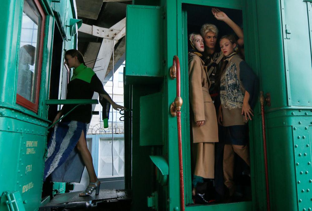 Modelos esperam pela apresentação das criações do designer ucraniano Jean Gritsfeldt durante a Semana de Moda ucraniana na estação de trem em Kiev, Ucrânia, em 2 de setembro de 2018