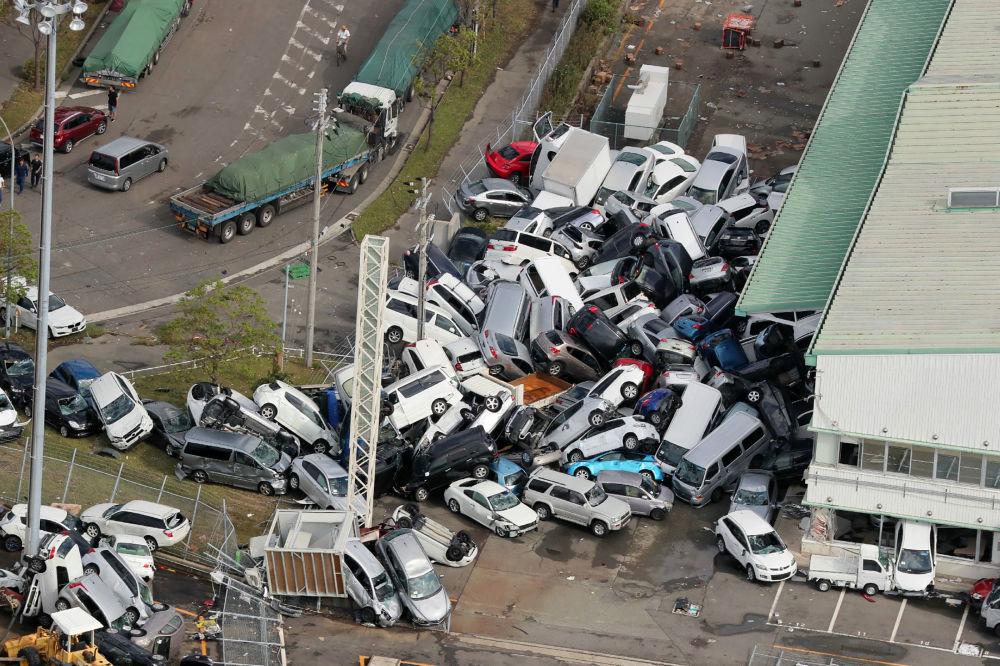 Vista aérea de helicóptero mostra veículos empilhados devido a fortes ventos em Kobe, Japão