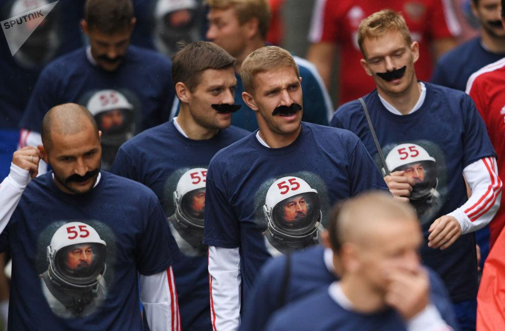 Jogador da seleção russa, Yuri Gazinsky (centro), com um bigode colado no rosto para comemorar o aniversário do técnico Stanislav Cherchesov antes do início da Liga das Nações contra a seleção turca