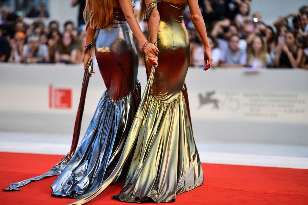 Convidadas chegam para a estréia do filme The Sisters Brothers, apresentado durante o 75º Festival de Veneza, Itália