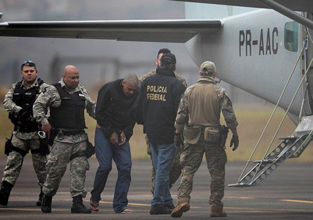 Adelio Bispo de Oliveira sendo transferido para um presídio federal em Campo Grande