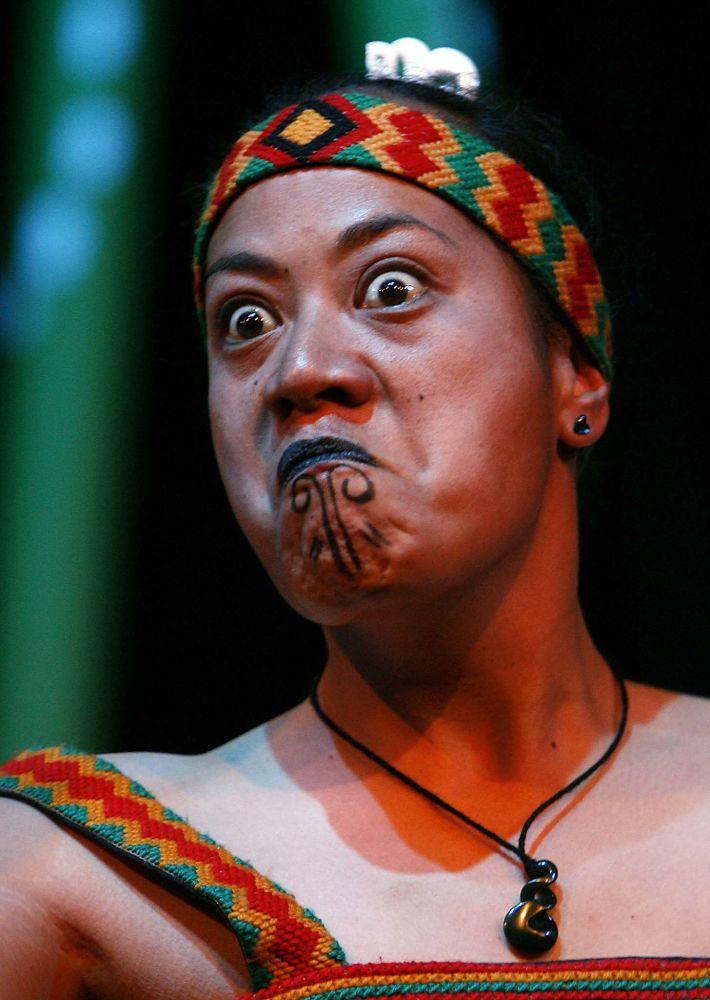 Mulher do povo maori da Nova Zelândia durante uma dança