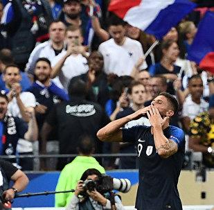 Olivier Giroud comemora após marcar o gol da vitória da França sobre a Holanda no Stade de France, em Saint-Denis, pela Liga das Nações