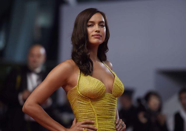 Supermodelo russa, Irina Shayk, sendo fotografada no âmbito do 70º Festival Internacional de Cinema de Cannes