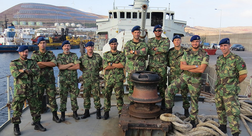 Equipe de mergulhadores na corveta Afonso Cerqueira