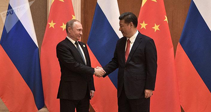 O presidente russo Vladimir Putin e o presidente da China Xi Jinping durante as negociações russo-chinesas no âmbito do fórum internacional Um Cinturão e uma Rota.
