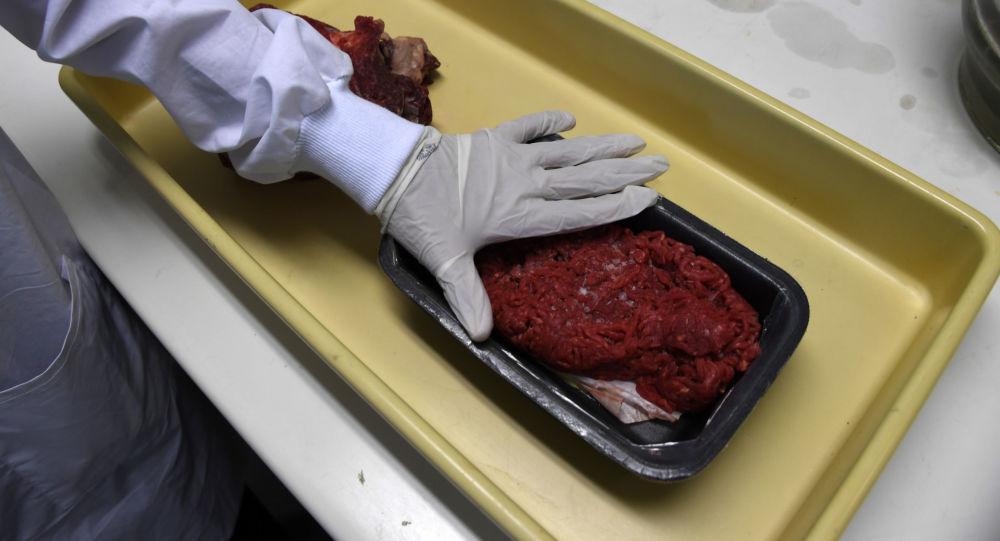Especialistas efetuam inspeção das carnes obtidos em mercados cariocas, em 2017 (foto de arquivo)
