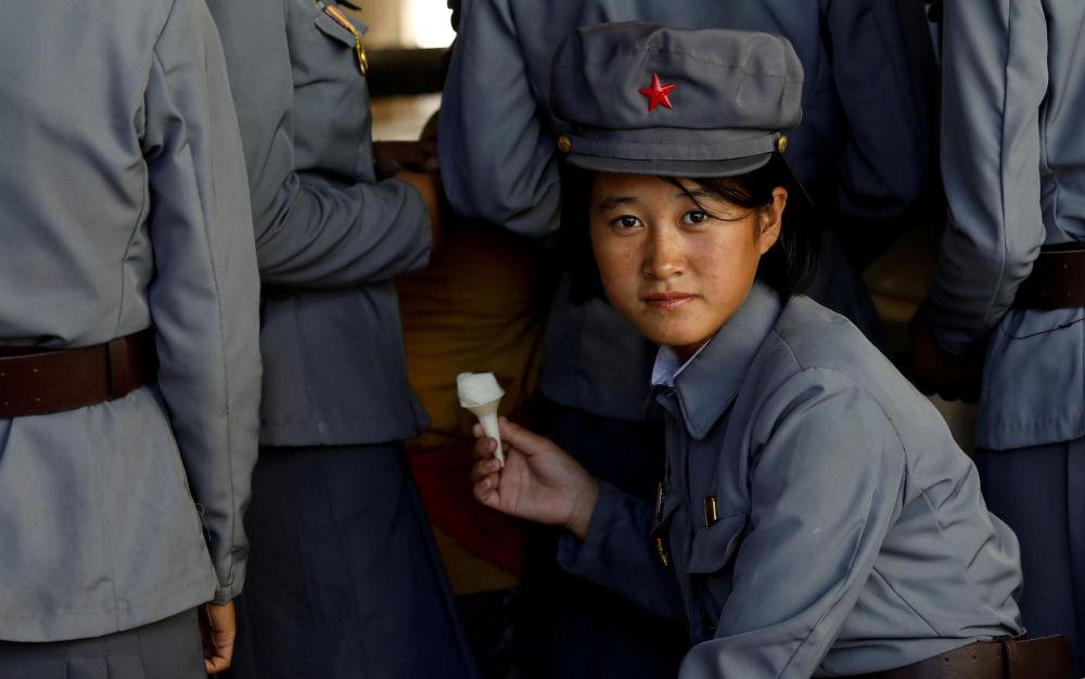 Uma militar saboreia sorvete durante uma visita ao Zoológico de Pyongyang