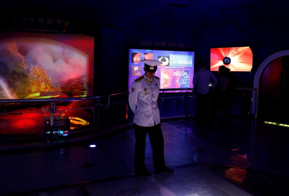 Marinheiro norte-coreano no Museu de História Natural em Pyongyang
