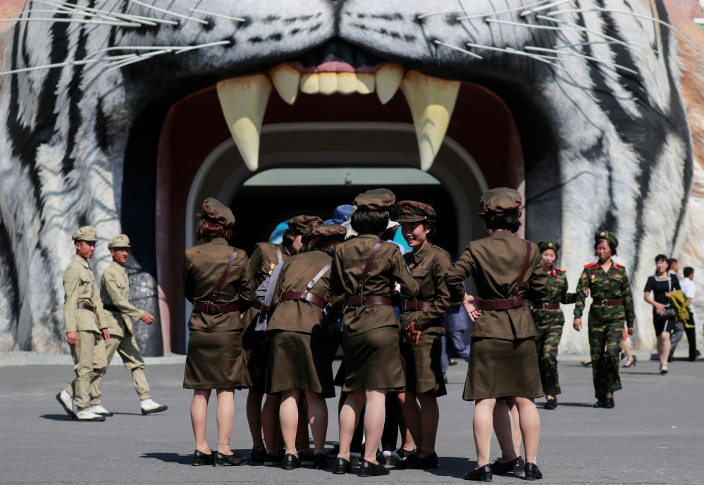 Militares norte-coreanas perto do Zoológico de Pyongyang