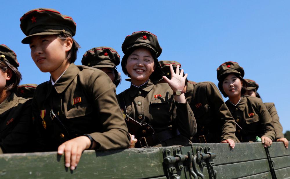 Militares norte-coreanas após visita ao Museu de História Natural em Pyongyang