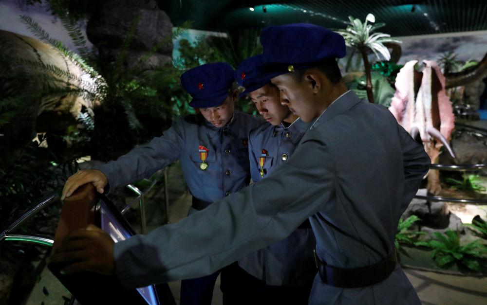 Militares norte-coreanos no Museu de História Natural em Pyongyang