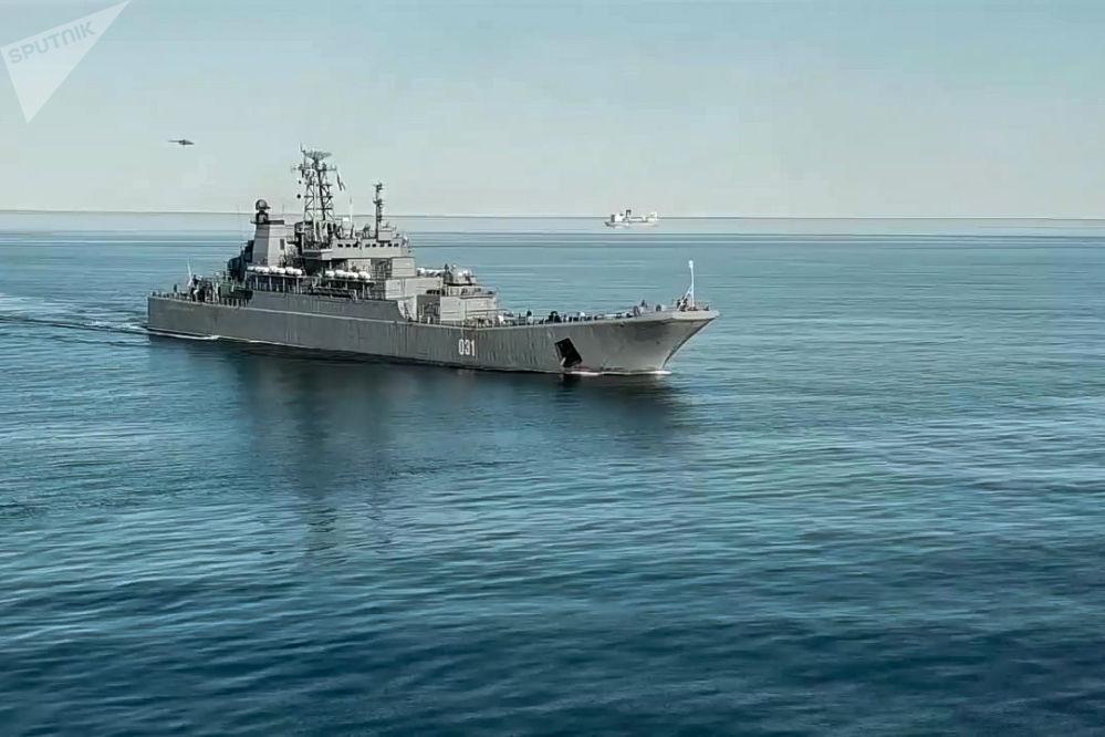 Grande navio anfíbio do Projeto 775 Aleksandr Otrakovky antes do desembarque na costa não equipada do mar de Chukchi
