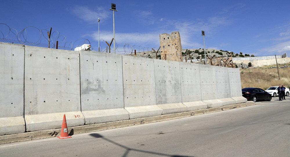 Esta foto de arquivo de 24 de maio de 2017 mostra a parede recém-construída perto do portão da fronteira Cilvegozu em Reyhanli, na fronteira Turquia-Síria