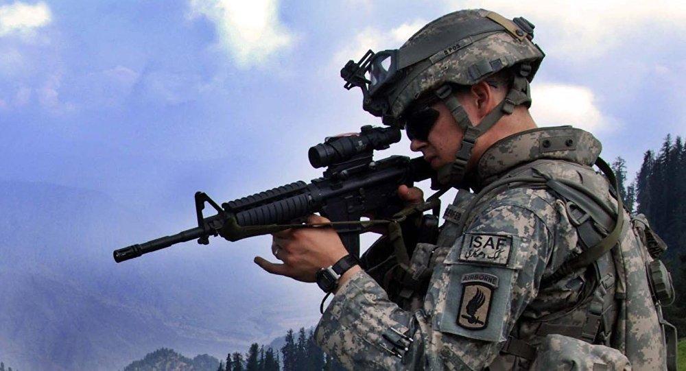 O 1º Tenente Chris Richelderfer, Oficial Executivo da Quartel General e Quartel Tropa, 1º Esquadrão, 91º Regimento de Cavalaria (Aerotransportado), examina possíveis posições inimigas durante a Operação Saray.